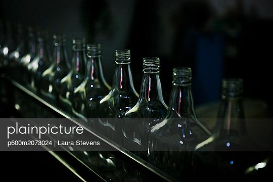Leere Flaschen in einer Rumdestille - p600m2073024 von Laura Stevens