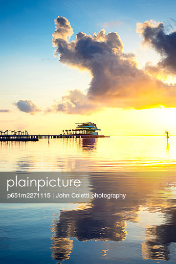 USA, Florida, Saint Petersburg, New Pier District, Pier Head Building, 26 Acre Public Park On Tampa Bay, Sunrise - p651m2271115 by John Coletti photography