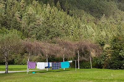 Washing on the line in the garden - p1293m1193497 by Manuela Dörr