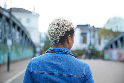 Curly haired woman standing on bridge - p300m2290713 by Pete Muller