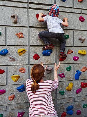 Mutter und Kind an der Kletterwand - p358m1516344 von Frank Muckenheim