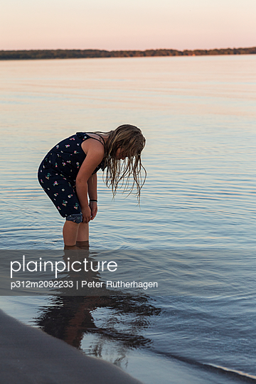 Girl standing in sea - p312m2092233 by Peter Rutherhagen