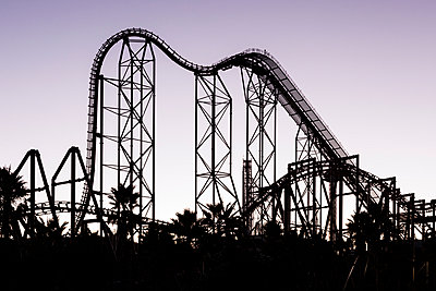 Silhouette of a roller coaster at dusk - p1094m971537 by Patrick Strattner