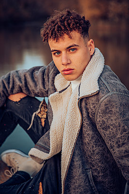 Fashionable young man with blue eyes on jetty against lake - p300m2242178 by Aitor Carrera Porté