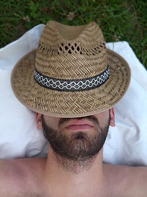 Man with straw hat - p444m960696 by Müggenburg