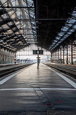 Empty train platform - p940m2179774 by Bénédite Topuz