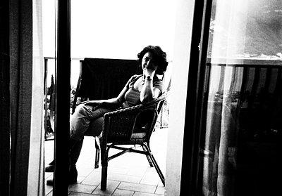 Frau im Korbsessel - p979m1081232 von Martin Kosa
