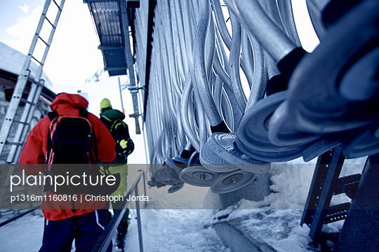 Zwei Freeskier stehen an einem Skilift, Chandolin, Kanton Wallis, Schweiz - p1316m1160816 von Christoph Jorda