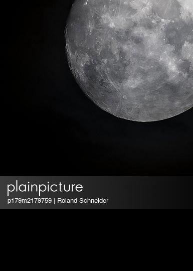 Vollmond, dunkler Himmel, unheimliche Stimmung - p179m2179759 von Roland Schneider