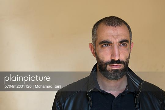 Ernst blickender Mann - p794m2031120 von Mohamad Itani