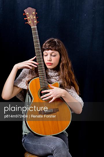 Gitarristin - p814m972404 von Renate Forster