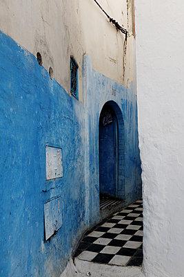 Enge Gasse in Marokko  - p1189m1218623 von Adnan Arnaout