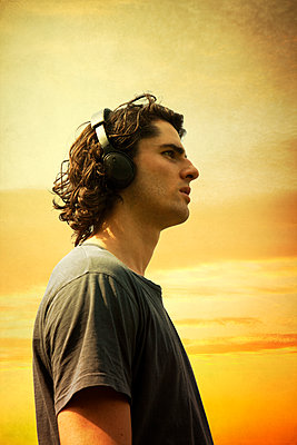 Junger Mann mit Kopfhörern - p1248m2164293 von miguel sobreira