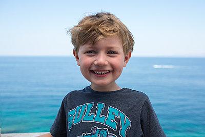 Lachender Junge am Meer - p1386m1476623 von beesch