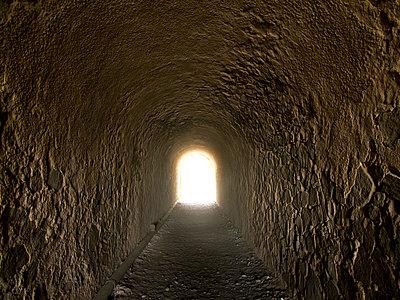 Licht am Ende des Tunnels - p240m892746 von Valerie Wagner