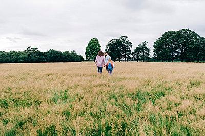 Family having fun at the park. London, England. - p300m2298946 von Angel Santana Garcia