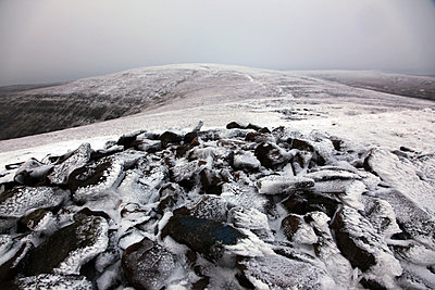 The summit of Waun Fach under snow, the highest peak in the Black Mountains, Brecon Beacons National Park, South Wales, United Kingdom, Europe - p871m807546 by David Pickford