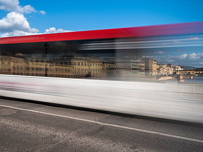 Italy, Tuscany, Florence, Ponte Alla Carraia, traffic, blurred - p300m2104168 by Albrecht Weißer