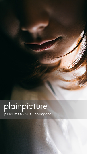 Junge japanische Frau beugt sich in Richtung Kamera - p1180m1185261 von chillagano
