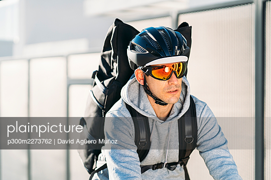 Delivery man wearing sunglasses and cycling helmet - p300m2273762 by David Agüero Muñoz