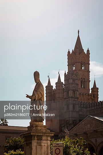 Statue vor der Kathedrale von Palermo - p382m2186077 von Anna Matzen