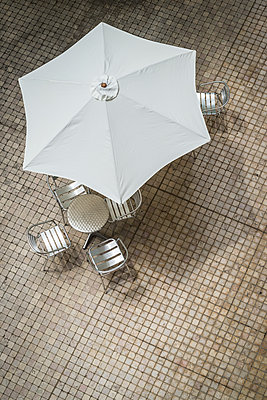 Parasol and chairs and table - p1170m2110413 by Bjanka Kadic