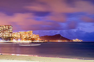 Diamond Head bei Nacht, Waikiki, Honolulu, Oahu, Hawaii - p1196m1128162 von Biederbick & Rumpf