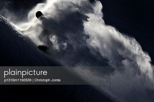 Junger Snowboarder im Tiefschnee, Iseler, Bayern, Deutschland, Europa - p1316m1160539 von Christoph Jorda