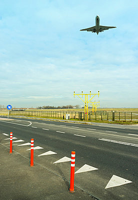 Aeroplane coming in to land, Amsterdam airport Shiphol - p429m803608f by Mischa Keijser