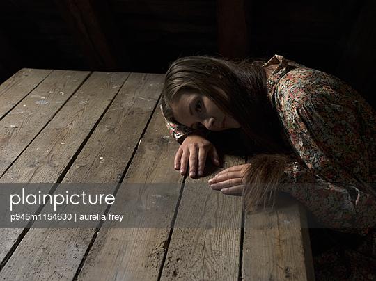 Verzweifelte Frau - p945m1154630 von aurelia frey