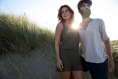 Junges Paar den in Dünen - p1212m1168684 von harry + lidy