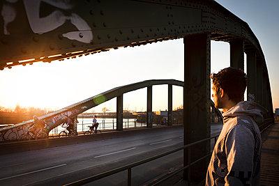 Einsamer Mann beobachtet Fahrradfahrer - p1222m1286267 von Jérome Gerull