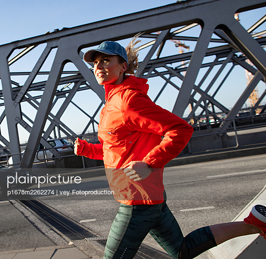 Woman jogging in Hamburg - p1678m2262274 by vey Fotoproduction