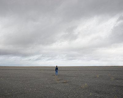 Frau in schwarzer Wüste - p1124m1060286 von Willing-Holtz