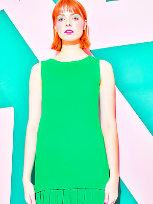 Woman wearing green dress - p1484m2158403 by Céline Nieszawer