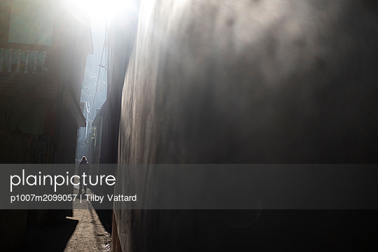 Silhouette of a man in a narrow alley - p1007m2099057 by Tilby Vattard
