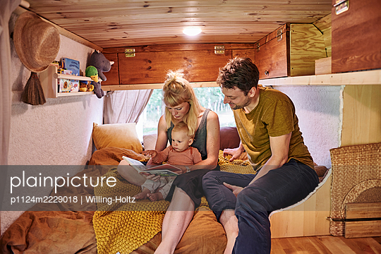 Family in Caravan - p1124m2229018 by Willing-Holtz