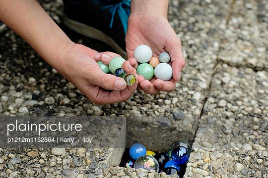 Murmeln in Hände eines Kindes - p1212m1152864 von harry + lidy