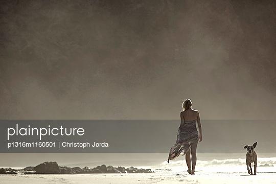 Junge Frau und Hund beim Strandspaziergang, Fuerteventura, Spanien - p1316m1160501 von Christoph Jorda