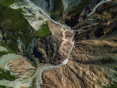 Aerial eines Flusses in einem Gebirge - p1455m2204816 von Ingmar Wein