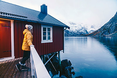 Tourist enjoying the view at Hamnoy, Lofoten, Norway - p300m2166319 by Daniel González