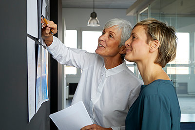 Two businesswomen working together in office - p300m2180758 by Rainer Berg
