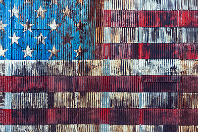 Vintage, rusted American flag painted on corrugated wall - p301m2075604 by Norman Posselt