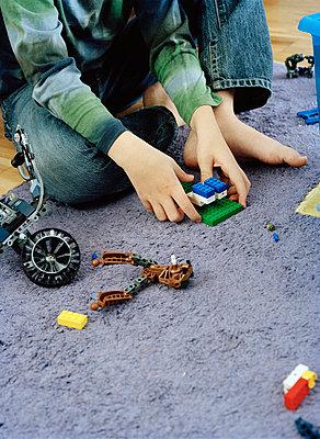 A boy sitting on the floor playing with lego. - p31216535f by Ewa Ahlin