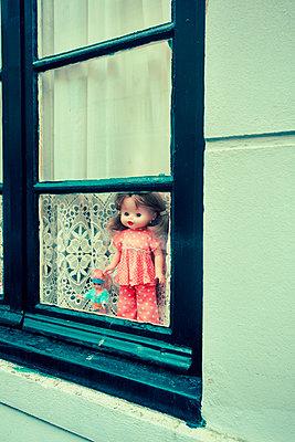 Puppen auf Fenstersims - p432m951847 von mia takahara