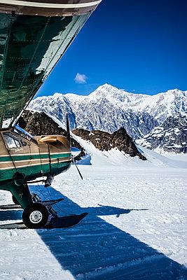 Propellerflugzeug mit Kufen in Alaska - p741m2168725 von Christof Mattes