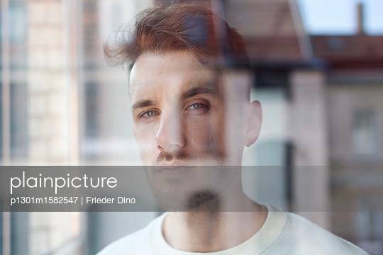 Portrait eines Mannes hinter einer Fensterscheibe - p1301m1582547 von Delia Baum