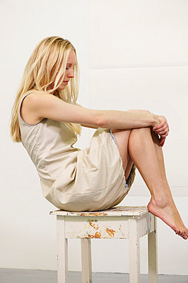 Blond woman sitting on chair - p4902323 by Andrea Altemüller