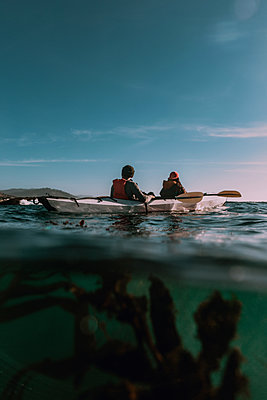 Friends kayaking in sea, Big Sur, California, United States - p924m2127225 by Peter Amend