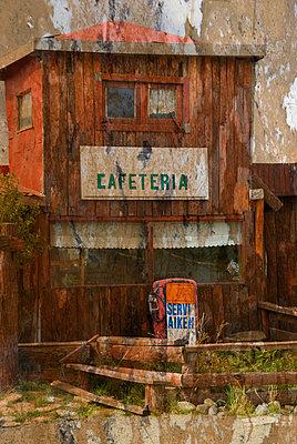 Cafeteria und Tankstelle in einem kleinen verfallenem Holzhaus - p9791192 von Scheifarth